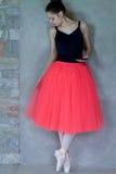 Χορευτής μπαλέτου στα παπούτσια pointe που κοιτάζει κάτω Στοκ Εικόνες