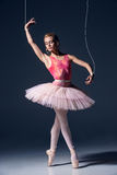 Χορευτής μπαλέτου ως μαριονέτα που χορεύει πέρα από το γκρίζο υπόβαθρο Στοκ φωτογραφίες με δικαίωμα ελεύθερης χρήσης