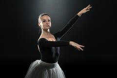 Χορευτής μπαλέτου Ballerina γυναικών που χορεύει στο μαύρο υπόβαθρο στοκ φωτογραφία