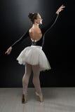 Χορευτής μπαλέτου Ballerina γυναικών που χορεύει στο μαύρο υπόβαθρο στοκ φωτογραφία με δικαίωμα ελεύθερης χρήσης