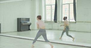 Χορευτής που προετοιμάζει το χορό ενάντια στον καθρέφτη στο στούντιο φιλμ μικρού μήκους
