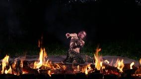 Χορευτής πυρκαγιάς νύχτας φιλμ μικρού μήκους