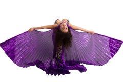 Χορευτής σε ένα ασημένιο κοστούμι με τα πορφυρά φτερά Στοκ φωτογραφία με δικαίωμα ελεύθερης χρήσης
