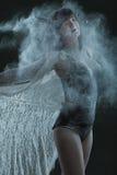 Χορευτής σε ένα σύννεφο της σκόνης στοκ φωτογραφία με δικαίωμα ελεύθερης χρήσης