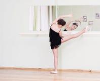 Χορευτής σε μια κατηγορία χορού στοκ εικόνες