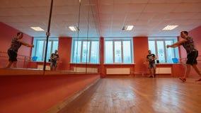 Χορευτής σπασιμάτων στην κατάρτιση φιλμ μικρού μήκους