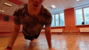 Χορευτής σπασιμάτων στην κατάρτιση απόθεμα βίντεο