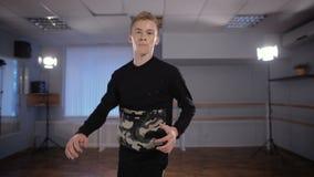Χορευτής σπασιμάτων στην προετοιμασία αιθουσών χορού Εκπληρώνει την κίνηση κάτω Περισσότεροι ασκούν όσο καλύτερη η πιθανότητα να  απόθεμα βίντεο
