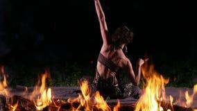 Χορευτής στις φλόγες πυρκαγιάς απόθεμα βίντεο