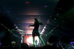 Χορευτής στο νυχτερινό κέντρο διασκέδασης στοκ εικόνα