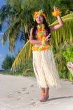 Χορευτής της Χαβάης Hula που χορεύει στην παραλία στοκ εικόνα