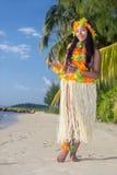 Χορευτής της Χαβάης Hula στην παραλία στοκ εικόνα