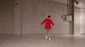 Χορευτής ύφους μόδας που εκτελεί τις κινήσεις χορού απόθεμα βίντεο