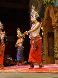 Χορευτής Apsara στην κόκκινη φούστα Στοκ Φωτογραφία
