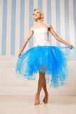 Χορευτής, ballerina Η χαριτωμένη γυναίκα μοιάζει με μια κούκλα σε ένα γλυκό διά Στοκ Φωτογραφίες