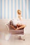 Χορευτής, ballerina Η χαριτωμένη γυναίκα μοιάζει με μια κούκλα σε ένα γλυκό διά Στοκ Εικόνα