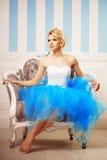 Χορευτής, ballerina Η χαριτωμένη γυναίκα μοιάζει με μια κούκλα σε ένα γλυκό διά Στοκ Εικόνες
