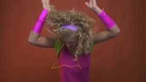χορευτής disco της δεκαετίας του '80, που χορεύει με την ευτυχή έκφραση στο πρόσωπό της απόθεμα βίντεο