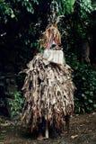 χορευτής ROM που περιμένει στην άκρη της ζούγκλας με τα παραδοσιακά τύμπανα tamtam στο υπόβαθρο στοκ φωτογραφία με δικαίωμα ελεύθερης χρήσης