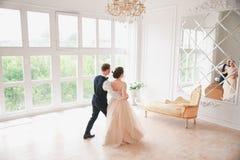 χορεψτε πρώτος γάμος χοροί γαμήλιων ζευγών στη ημέρα γάμου στούντιο Ευτυχείς νέοι νύφη και νεόνυμφος στη ημέρα γάμου τους Στοκ φωτογραφία με δικαίωμα ελεύθερης χρήσης