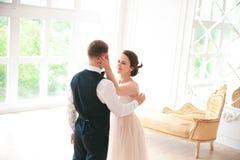χορεψτε πρώτος γάμος χοροί γαμήλιων ζευγών στη ημέρα γάμου στούντιο Ευτυχείς νέοι νύφη και νεόνυμφος στη ημέρα γάμου τους Στοκ Φωτογραφίες