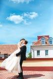 χορεψτε πρώτος γάμος χοροί γαμήλιων ζευγών στη στέγη ευτυχής εκλεκτής ποιότητας γάμος ημέρας ζευγών ιματισμού Ευτυχείς νέοι νύφη  Στοκ Εικόνες