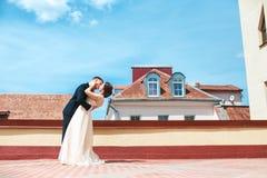 χορεψτε πρώτος γάμος χοροί γαμήλιων ζευγών στη στέγη ευτυχής εκλεκτής ποιότητας γάμος ημέρας ζευγών ιματισμού Ευτυχείς νέοι νύφη  Στοκ Φωτογραφία