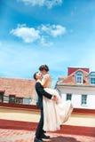 χορεψτε πρώτος γάμος χοροί γαμήλιων ζευγών στη στέγη ευτυχής εκλεκτής ποιότητας γάμος ημέρας ζευγών ιματισμού Ευτυχείς νέοι νύφη  Στοκ Εικόνα