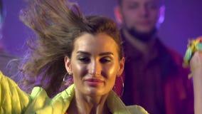 Χορεύοντας άνθρωποι με το gladness διασκέδασης στην ντισκοτέκ μεγάλα αντικείμενα ελέγχων ιστορικού περισσότερο ο άλλος παρόμοιος  απόθεμα βίντεο