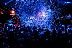 Χορεύοντας άνθρωποι στο νυχτερινό κέντρο διασκέδασης με το κομφετί Στοκ φωτογραφία με δικαίωμα ελεύθερης χρήσης
