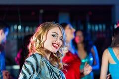 χορεύοντας άνθρωποι συμβαλλόμενων μερών disco λεσχών Στοκ Εικόνα