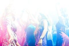χορεύοντας άνθρωποι συμβαλλόμενων μερών disco λεσχών Στοκ Φωτογραφία