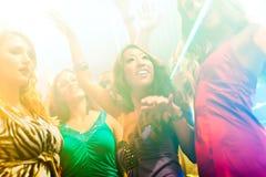 χορεύοντας άνθρωποι συμ&be Στοκ Εικόνα