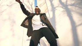 Χορεύοντας αφρικανικό άτομο απόθεμα βίντεο