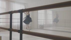χορεύοντας γκρίζο στούντιο ballerina ανασκόπησης φιλμ μικρού μήκους