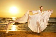 χορεύοντας γυναίκα παραλιών Στοκ εικόνες με δικαίωμα ελεύθερης χρήσης