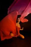 Χορεύοντας γυναίκα, πετώντας κόκκινο ύφασμα στοκ φωτογραφία με δικαίωμα ελεύθερης χρήσης