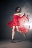 Χορεύοντας γυναίκα στο κόκκινο φόρεμα με το ύφασμα στοκ εικόνα με δικαίωμα ελεύθερης χρήσης
