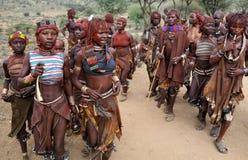 Χορεύοντας γυναίκες Hamer στη χαμηλότερη κοιλάδα Omo, Αιθιοπία Στοκ εικόνα με δικαίωμα ελεύθερης χρήσης