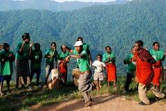 χορεύοντας δασικό αδιαπέραστο χωριό bwindi στοκ εικόνες