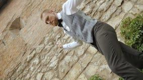 Χορεύοντας ευτυχές άτομο επιχειρηματιών φιλμ μικρού μήκους