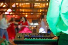 Χορεύοντας ζεύγη κατά τη διάρκεια του γεγονότος κομμάτων ή του γαμήλιου εορτασμού Στοκ φωτογραφία με δικαίωμα ελεύθερης χρήσης