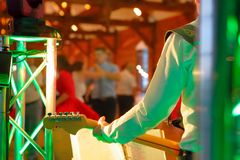 Χορεύοντας ζεύγη κατά τη διάρκεια του εορτασμού κομμάτων ή γάμου με το guitari Στοκ φωτογραφία με δικαίωμα ελεύθερης χρήσης