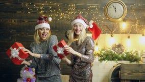Χορεύοντας κορίτσια με τα δώρα Χριστουγέννων Τρελλές γυναίκες στο υπόβαθρο Χριστουγέννων με τα κιβώτια δώρων Δύο γυναίκες που γιο απόθεμα βίντεο