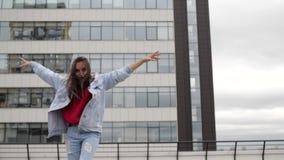 Χορεύοντας κορίτσια στη στέγη απόθεμα βίντεο