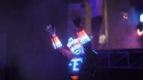 Χορεύοντας κορίτσια PJ στα κοστούμια με τα ελαφριά λωρίδες νέου Το υπαίθριο λέιζερ disco θερινών κομμάτων παρουσιάζει απόθεμα βίντεο