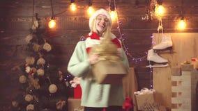 Χορεύοντας κορίτσι με τα δώρα Χριστουγέννων Τρελλή γυναίκα στο υπόβαθρο Χριστουγέννων με το κιβώτιο δώρων απόθεμα βίντεο