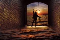 Χορεύοντας κορίτσι στην πύλη του Castle ελεύθερη απεικόνιση δικαιώματος