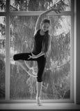 Χορεύοντας κορίτσι στο παράθυρο Στοκ φωτογραφία με δικαίωμα ελεύθερης χρήσης