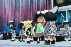 Χορεύοντας κωμικά κορίτσια Στοκ εικόνες με δικαίωμα ελεύθερης χρήσης